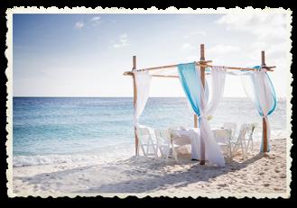 Gazebo aan de zee, trouwen met de voeten in het zand