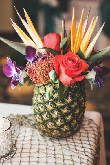 Tropisch boeket in een ananas