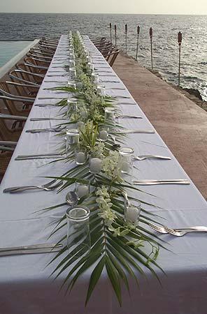 Tropische decoratie van een dinertafel