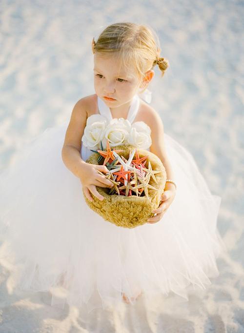 Lief bloemenmeisje met zeesterrren